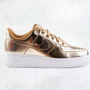 Złote buty sportowe Nike sznurowane
