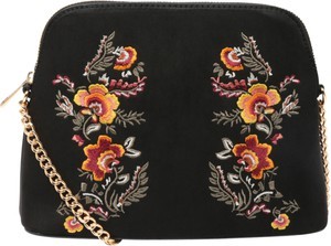 Czarna torebka New Look na ramię średnia z haftem