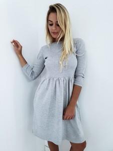 Sukienka butiklatika.pl rozkloszowana z okrągłym dekoltem z długim rękawem