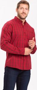 Czerwona koszula volcano.pl z klasycznym kołnierzykiem w stylu casual z bawełny