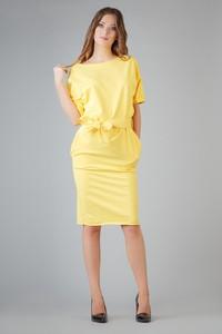 Żółta sukienka sukienki.pl midi w stylu casual z okrągłym dekoltem