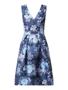 Granatowa sukienka Chi Chi London rozkloszowana bez rękawów w stylu casual