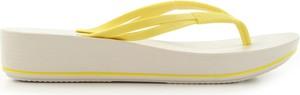 Żółte klapki Azaleia w stylu casual na koturnie