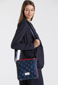 Granatowa torebka Monnari w wakacyjnym stylu na ramię pikowana