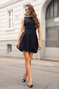 Czarna sukienka MERRIBEL z okrągłym dekoltem bez rękawów rozkloszowana