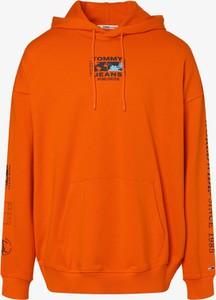 Pomarańczowa bluza Tommy Jeans w młodzieżowym stylu
