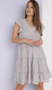 Fioletowa sukienka born2be z dekoltem w kształcie litery v z krótkim rękawem