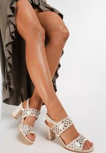 Sandały Renee na średnim obcasie z klamrami