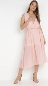Różowa sukienka born2be midi z dekoltem w kształcie litery v