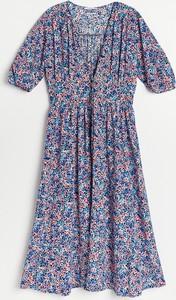 Niebieska sukienka Reserved trapezowa midi z krótkim rękawem