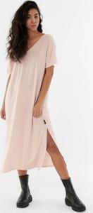 Sukienka Outhorn midi z dżerseju z krótkim rękawem