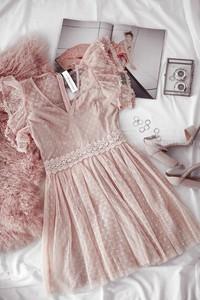Różowa sukienka Rose Boutique z dekoltem w kształcie litery v z tiulu z krótkim rękawem