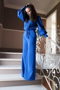 Niebieski kombinezon Bien Fashion z tkaniny z długimi nogawkami