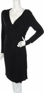 Czarna sukienka mbyM prosta w stylu casual z dekoltem w kształcie litery v
