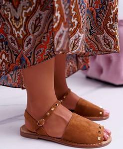 Brązowe sandały Lu Boo z zamszu z klamrami