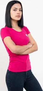 Różowy t-shirt Guess z okrągłym dekoltem