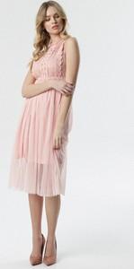 Różowa sukienka born2be rozkloszowana z okrągłym dekoltem midi