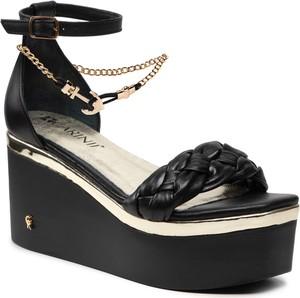 Czarne sandały Carinii na koturnie na wysokim obcasie ze skóry