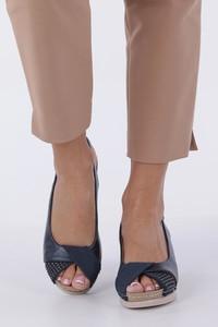 Granatowe sandały Casu na średnim obcasie na koturnie