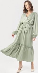 Zielona sukienka born2be z dekoltem w kształcie litery v maxi z długim rękawem