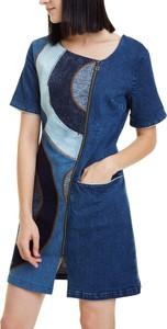 Sukienka Desigual z krótkim rękawem z okrągłym dekoltem trapezowa