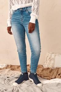 Niebieskie jeansy Blue Shadow w street stylu