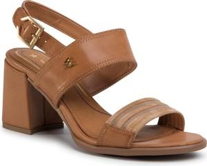 Brązowe sandały Wrangler ze skóry ekologicznej z klamrami na średnim obcasie