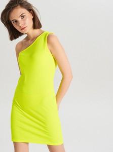 Żółta sukienka Cropp w stylu casual z asymetrycznym dekoltem dopasowana