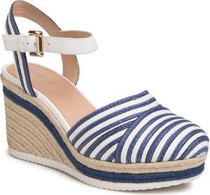 Sandały Geox z tkaniny w stylu retro z klamrami