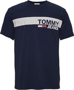Niebieski t-shirt Tommy Jeans w młodzieżowym stylu