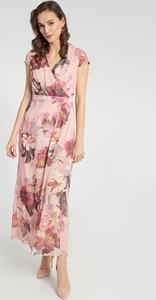 Różowa sukienka QUIOSQUE maxi z dekoltem w kształcie litery v