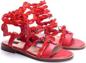 Sandały ubierzsie.com w stylu casual z płaską podeszwą ze skóry
