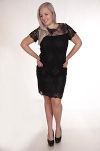 Czarna sukienka Fokus z okrągłym dekoltem z krótkim rękawem