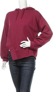 Czerwona bluza Asos krótka w młodzieżowym stylu