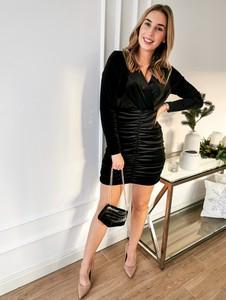 Czarna sukienka Perfe z długim rękawem dopasowana z weluru