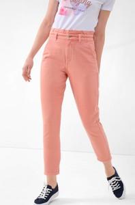 Różowe jeansy ORSAY w street stylu