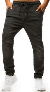 Czarne jeansy Dstreet w street stylu