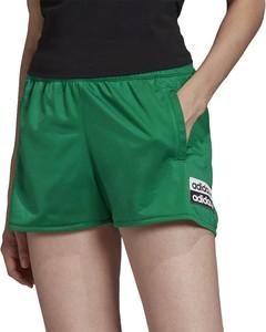 Zielone szorty Adidas w sportowym stylu