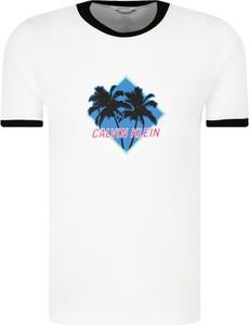 T-shirt Calvin Klein z krótkim rękawem z nadrukiem w młodzieżowym stylu