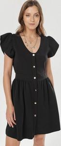 Czarna sukienka born2be z dekoltem w kształcie litery v szmizjerka mini