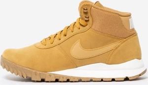 Żółte buty zimowe Nike sznurowane w sportowym stylu