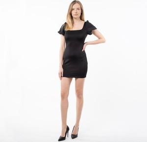 Czarna sukienka Guess z okrągłym dekoltem dopasowana
