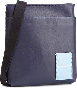 Granatowa torebka Calvin Klein w młodzieżowym stylu średnia