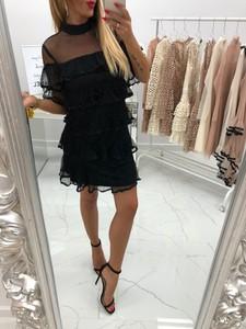 Czarna sukienka chicaca z dekoltem typu choker