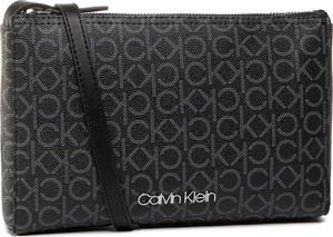 Czarna torebka Calvin Klein z nadrukiem średnia