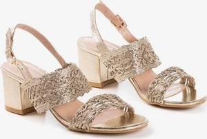 Złote sandały Royalfashion.pl z klamrami na średnim obcasie