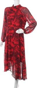 Czerwona sukienka Preview z długim rękawem asymetryczna