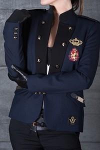 Niebieska marynarka Skalny w militarnym stylu