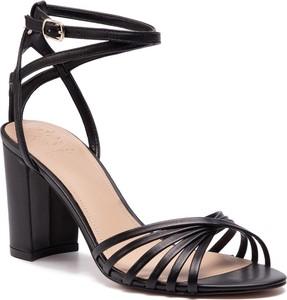 e12c11a52aefba Czarne sandały na słupku Guess, kolekcja lato 2019