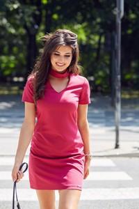 Sukienka Ivon z dekoltem typu choker mini w stylu casual